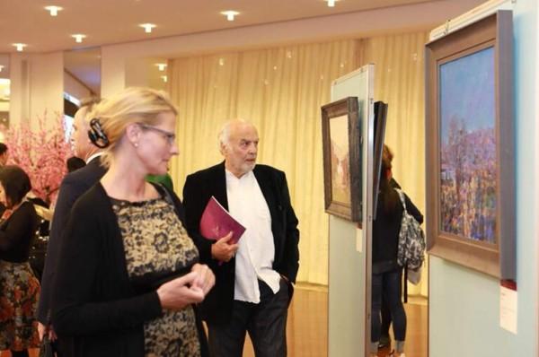 Erste Internationale Biennale zur Prasentation chinesischer Olmalerei aus Dafen Held in Bostchaft der Volksrepublik China in der Bundesrepublik Deutschland 1