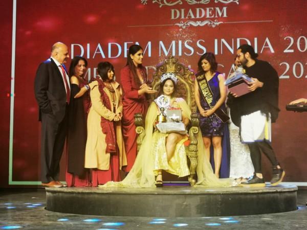 Eye Surgeon from Mumbai bags Mrs. India Classic 2020 Crown 2