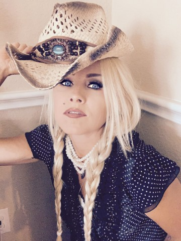 "Lady Redneck Kicks Off The New Year With The Brand New Studio Release Of The Single ""Kiss Me"" 1"